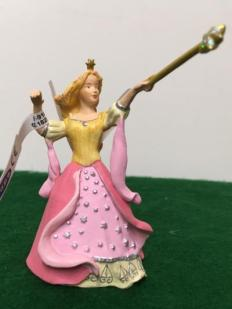 Wand_holding_fairy_720x